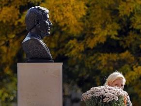 В Бухаресте открыли бюст Эли Визеля
