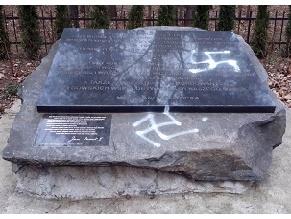 Свастики на памятнике жертвам Холокоста в Отвоцке