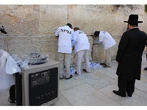 Стену плача очистили от записок перед праздником Песах