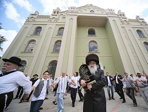 Ukraine Synagogue Where Menachem Begin Got Married Gets Its First Torah Scroll Since World War II