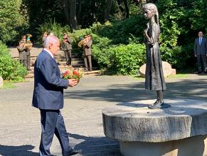 Премьер Израиля возложил цветы к двум мемориалам в Киеве