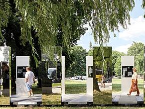 Даниель Либескинд и Кэрил Энгландер установили инсталляцию у ворот Аушица