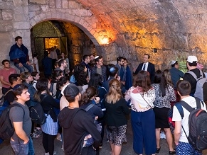 Глава Сохнута провел для репатриантов экскурсию по туннелям под Стеной Плача