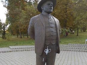 В Шяуляй осквернен памятник промышленнику ХаимуФренкелю