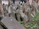 Из брусчатки на мостовых Праги удаляют камни, вырезанные из надгробий еврейских кладбищ
