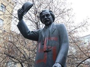 Kyiv monument to Sholem Aleichem vandalized with swastikas