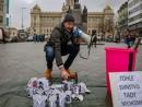 Чешский политик публично разбил на Вацлавской площади кружки с портретом Гитлера