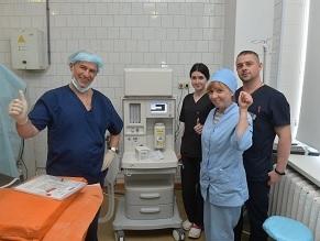 Boris Lozhkin has given over a high-end anesthesia ventilator to the Kyiv hospital