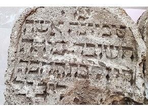 Еврейские надгробия XVII века найдены в стенах австрийского замка