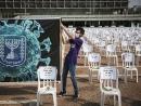 Памяти жертв коронавируса: на площади Рабина установлена тысяча пустых стульев