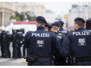«Убить всех евреев!» Женщина с ножом напала на раввина в Вене