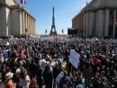 Десятки тысяч парижан вышли на митинг протеста против решения суда по делу Сары Халими