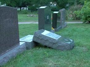 Вандалы повалили 30 памятников на еврейском кладбище в США