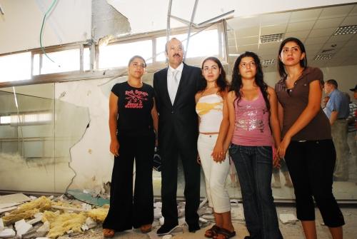 Президент ЕАЕК Александр Машкевич и жители Сдерота в здании, пострадавшем от ракетного обстрела из Сектора Газы