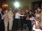 Глава Конференции европейских раввинов р. Аба Дуннер вносит в синагогу свиток Торы, подаренный президентом ЕАЕК Александром Машкевичем