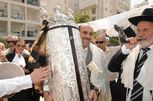 Президент ЕАЕК Александр Машкевич со свитком Торы