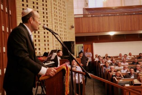 Александр Машкевич выступает в синагоге Кейптауна